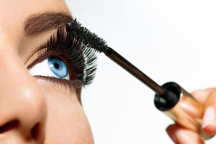 """Tuszowanie rzęs to kropka nad """"i"""" w makijażu. Dowiedz się, jak to robić prawidłowo"""